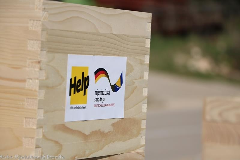 """Fondacija """"Help"""" i Grad Trebinje isporučili pčelarsku opremu trebinjskim pčelarima"""