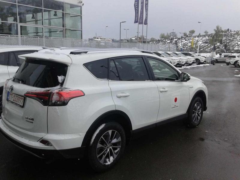 """Vlada Japana donirala vozilo marke """"Toyota"""" Centru za socijalni rad Trebinje"""
